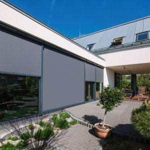 Markiza VMZ Solar do okien pionowych wyposażona w system automatycznego uruchamiania w zależności od nasłonecznienia. Fot. Fakro