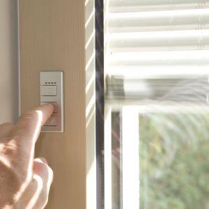 Okno zespolone z zaciemnieniem I-TEC ma moduł fotowoltaiczny i akumulator umożliwiające sterowanie osłoną przeciwsłoneczną. Fot. Internorm