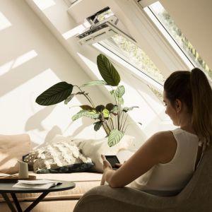 Velux Integra GGU to inteligentne okno solarne sterowane elektrycznie. Fot. Velux