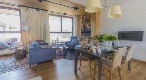 Mieszkanie zlokalizowane w Łodzi zostało zaprojektowane w delikatnej, skandynawskiej kolorystyce. Przeważają subtelne błękity, ciepłe drewno i miodowa żółć. Całość dopełniają czarne i białe detale.
