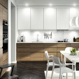 W kuchni z systemu Metod zestawiono fronty z kolekcji Voxtorp w kolorze białym i orzech. Fot. IKEA