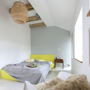 Sypialnia urządzona w nowoczesnym stylu. Projekt: Małgorzata Przybyła, Dawid Czyż. Fot. Bartosz Jarosz