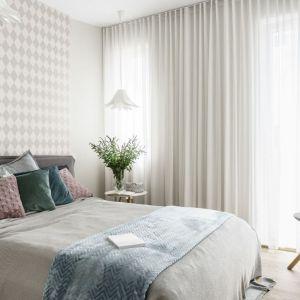 Sypialnia urządzona w nowoczesnym stylu.  Projekt: arch. Joanna Morkowska-Saj, Saje Architekci. Fot. Foto&Mohito