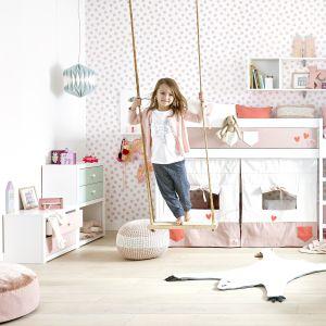 Piętrowe łóżko, meble pełne kolorów i...huśtawka w pokoju. Dziecko z pewnością pokocha taką aranżację. Fot. Cuckooland