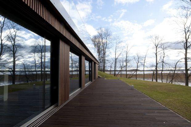 Drewniane deski na elewację budynku – o czym warto wiedzieć?