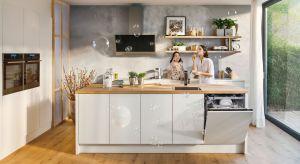 Uzupełnią zapasy w lodówce, zadbają o czyste naczynia i świeże powietrze. O połowę skrócą czas przygotowania potraw, a w wolnej chwili zaparzą ulubioną kawę. Inteligentne urządzenia AGD to niezastąpiona pomoc w każdej kuchni.