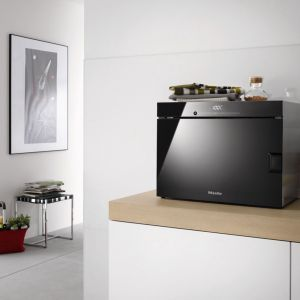 Wolno stojące urządzenie do gotowania na parze DG 6010 umożliwia równoczesne gotowanie na 3 poziomach bez przenoszenia smaku i zapachu. Fot. Miele