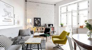Mieszkanie w kamienicy na warszawskiej Pradze to czysty eklektyzm. Wnętrze utrzymane jest podstawowej kolorystyce czerni i bieli oraz drewna. Charakteru nadają mu wyraziste kolory mebli i dodatków.
