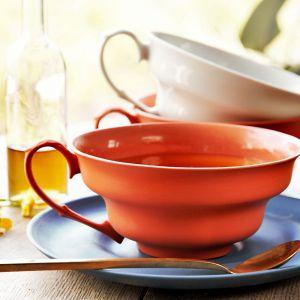 Filiżanka XL z barwionej porcelany funkcjonujący pomiędzy miską a filiżanką w której można podąć poranne mleczne mieszanki, zjeść pyszna zupę, jak i napić się dużej kawy z croissant lub aromatycznej herbaty. Projekt: Marek Cecuła. Fot. Ćmielów Design Studio