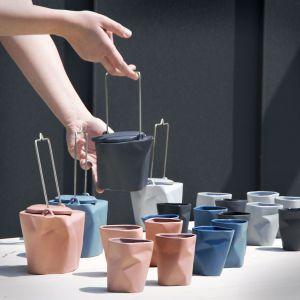 Czajnik Pogięty z kubeczkami. Forma dodaje uroku herbacianej ceremonii. Projekt: Marek Cecuła. Fot. Ćmielów Design Studio