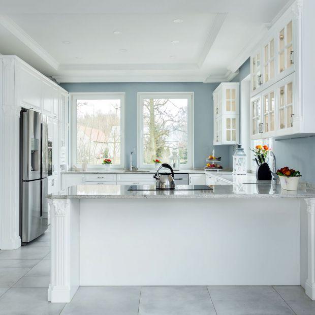 Szare ściany w kuchni. Piękne zdjęcia