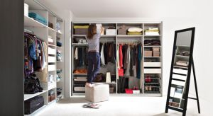 Rzędy starannie powieszonych ubrań, posegregowane dodatki i skrytka na najpotrzebniejsze przybory. Wielu ludzi przymierzających się do kupna mieszkania zastanawia się nad osobną garderobą.
