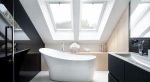 W tym eleganckim salonie kąpielowym dominuje duet czerni i bieli. Monochromatyczna kolorystyka jest idealnym strojem dla odważnych form wyposażenia i wieńczących je faktur.