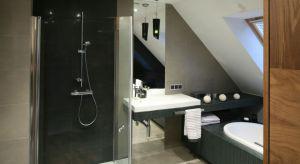 Poddasza użytkowe bardzo często stają się miejscem urządzenia łazienek domowników. Skosy mogą stanowić wyzwanie architektoniczne, ale mogą być również świetnym pretekstem do pomysłowych rozwiązań aranżacyjnych. Dodają przy tym łazience