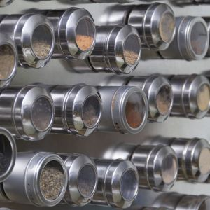 Magnetyczne pojemniki na przyprawy przyczepione do drzwi lodówki stanowią oryginalny design kuchennego wnętrza. Fot. Materiały prasowe