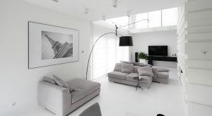 Jasne kolory ścian i podłóg, białe meble, tapicerki w jasnych odcieniach oraz dobre oświetlenie to elementy, które rozjaśnią wnętrze bez względu na porę roku.