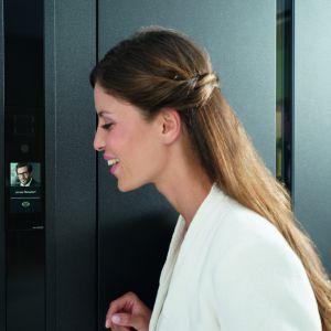 Zintegrowany z profilem drzwiowym panel dotykowy DCS Toutch Display wyświetla numer domu i klawiaturę numeryczną; wyposażony w szerokokątną kamerę. Fot. Schüco