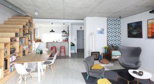 Salon połączony z kuchnią i często też z jadalnią to popularne rozwiązanie stosowane w nowoczesnych wnętrzach. Jak zatem połączyć te trzy strefy? Pomysły znajdziecie w naszej galerii.