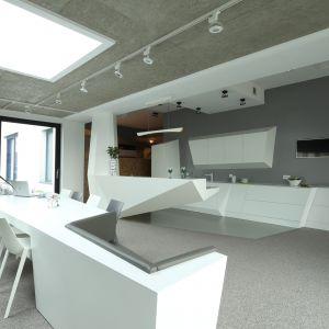 Salon połączony z kuchnią i jadalnią. Projekt:Konrad Grodziński. Fot. Bartosz Jarosz