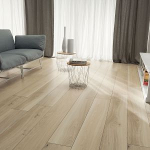 Płytki Wood marki Korzilius oddają pełną kolorystykę oraz wygląd drewnianych desek wraz z ich pełnym usłojeniem. Dostępne w rozmiarach: 1198 x 190 mm, 1498 x 230 mm i 1798 x 230 mm. Cena: od 129,89 zł/m², Ceramika Tubądzin. Fot. Cermika Tubądzin