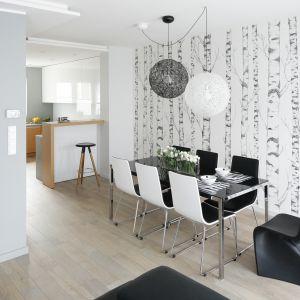 Pomysły na ściany w salonie. Projekt: Beata Kruszyńska. Fot. Bartosz Jarosz