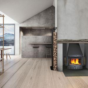 Jøtul I 400 Panorama charakteryzuje się dużą panoramiczną przeszkloną powierzchnią umożliwiającą doskonały widok na płonące polana. Jøtul I 400 Panorama posiada jasne wnętrze co sprawia, że wygląda atrakcyjnie nawet wówczas gdy nie pali się w nim ogień. Fot. Jøtul