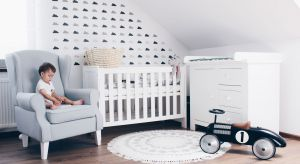 Młodzi rodzice często decydują się na urządzenie kącika dla niemowlaka w swojej sypialni. To praktyczne rozwiązanie, dzięki któremu możemy mieć malucha nieustannie na oku, jednak problemem może być wyposażenie sypialni. Jakie meble wybrać,