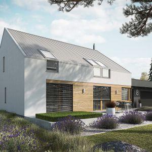 Jasny tynk, bezokapowy dach i odrobina drewna nadają bryle domu niezwykle nowoczesnego charakteru. Dom EX 18 G2 Energo Plus. Projekt: arch. Artur Wójciak. Fot. Pracownia Projektowa Archipelag