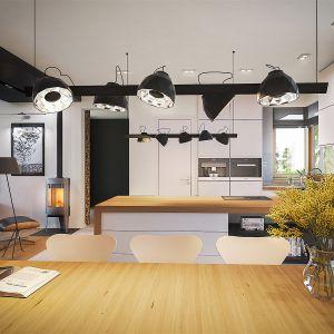Jasna zabudowa kuchenna w bieli, z szafkami pod sam sufit prezentuje się  niezwykle nowocześnie.Dom EX 18 G2 Energo Plus. Projekt: arch. Artur Wójciak. Fot. Pracownia Projektowa Archipelag