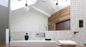 W naszej galerii prezentujemy aż 15 zdjęć z różnych łazienek, w których projektanci dużo uwagi poświęcili ścianie w strefie umywalki.