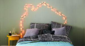 Oświetlenie jest kluczowym elementem każdej sypialni – to ono tworzy wyjątkowy nastrój. Jeśli szukasz pomysłu na zagłówek łóżka, pomyśl o zastąpieniu go oświetleniem z lampek. Rozjaśnią wnętrze i wprowadzą do niego niepowtarzalną atmo