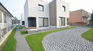 Kształtowanie przestrzeni wokół domu coraz częściej odbywa się w sposób świadomy i odpowiedzialny.