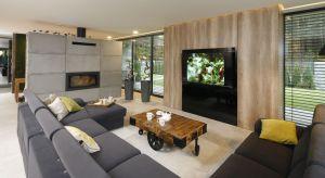 Telewizor, często w wersji smart to jeden z centralnych punktów salonu. Zawieszony na ścianie czy dostojnie ustawiony na szafce może być ozdobą strefy dziennej. Zobaczcie aż 30 pomysłów na aranżację ściany za telewizorem.