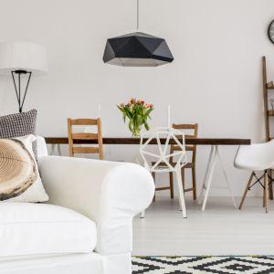 Drewniana podłoga w salonie: lakierowanie. Fot. Kaczkan