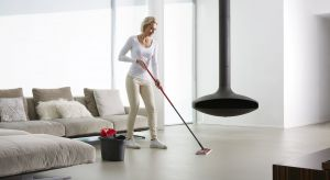 Kaprysy jesienno-zimowej aury, jak błoto czy chlapa, już dają nam się we znaki. W tym okresie utrzymanie czystości podłóg w mieszkaniu jest niezwykle trudne.