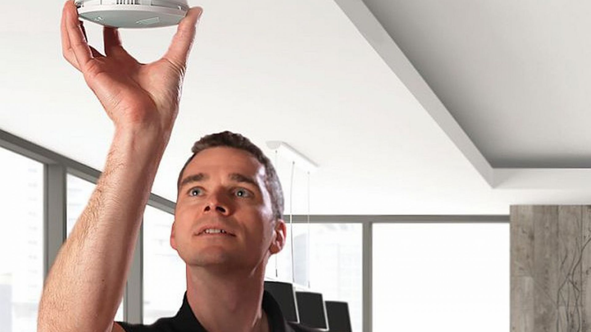 Jeśli chcemy zapewnić sobie pełne poczucie bezpieczeństwa podczas sezonu grzewczego, warto zainwestować w profesjonalny czujnik tlenku węgla. Fot. Hama