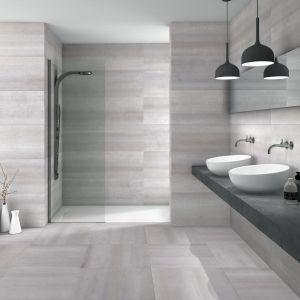 Nowoczesna łazienka: szare płytki ceramiczne. Fot. Azulev