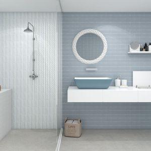 Nowoczesna łazienka: szare płytki ceramiczne. Fot. Bestile