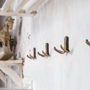 Zastosowanie wieszaków w stylu rustykalnym ociepli każde wnętrze. Kolekcja Serpente WR42. Fot. Gamet S.A,
