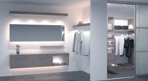 W mieszkaniach o małym metrażu trudno o odpowiednie wkomponowanie szafy w i tak już niewielką przestrzeń. Podpowiadamy kilka rozwiązań, które to ułatwią.