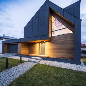 Kolor domu od początku założeń miał być ciemnografitowy. Narzucona struktura podziałów ma przypominać pancerz. Fot. Beczak/Beczak/Architektci