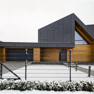 Dom w zimowej scenerii prezentuje się niezwykle zjawiskowo. Fot. Beczak/Beczak/Architektci