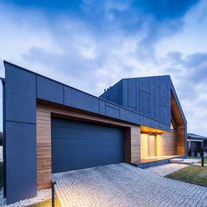Wszystkie elementy fasady idealnie ze stobą współgrają: tynki, stolakrka okienna i rozłożysta brama. Fot. Beczak/Beczak/Architektci
