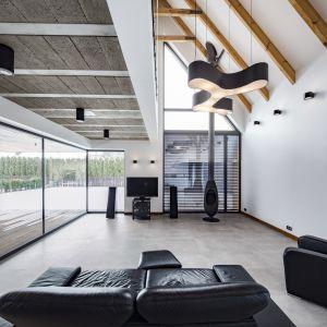 Ogromne przeszklenia łączą dom z przestronnym tarasem i ogrodem. Fot. Beczak/Beczak/Architektci