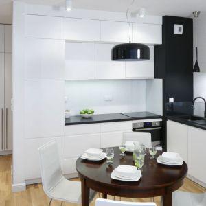 Kuchnia w kształcie litery L to doskonała propozycja do małego mieszkania. Projekt: Ewa Para. Fot. Bartosz Jarosz