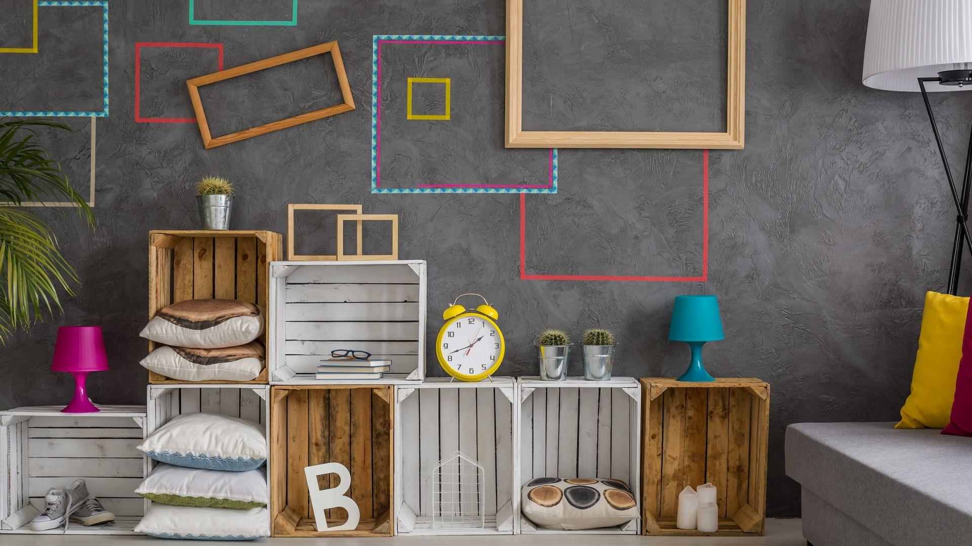 Drewniane skrzynki mogą posłużyć do wykonania oryginalnych półek. Fot. Shutterstock