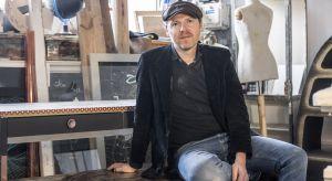 """Wielka pasja, poparta latami pracy i chęć tworzenia unikalnych, pięknych przedmiotów, tak w skrócie można określić to, czym zajmuje się Jimi Ogden, designer, prowadzący program Rzeczy OdNowa"""". O rosnącej popularności przywracaniu starym prze"""