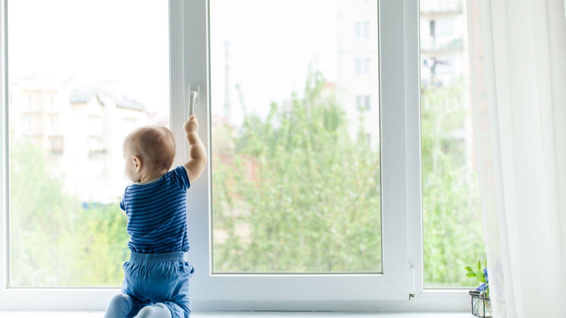 Uchylne okno to ogromne zagrożenie dla zdrowia a nawet życia malucha. Zamontowanie na nim klamki kodowej uniemożliwi dziecku jego otwarcie. Tego typu blokady pasują z reguły do wszystkich typów okien. Fot. Yale