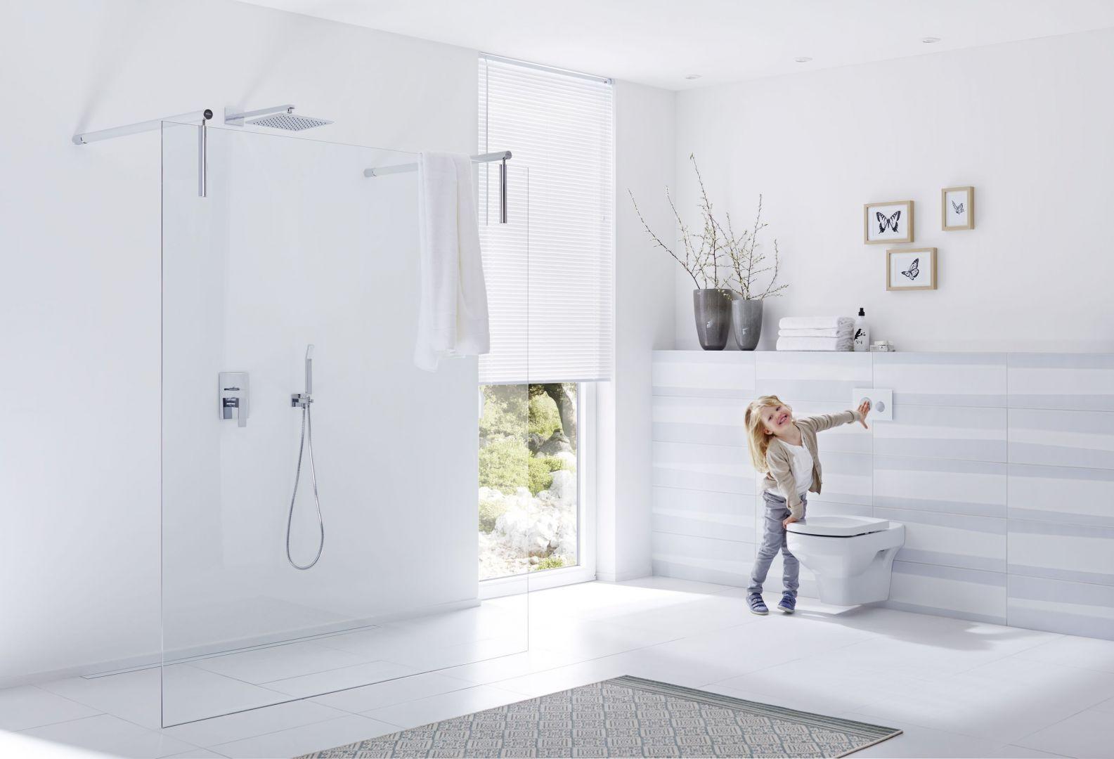 O bezpieczeństwo dziecka w łazience powinniśmy zadbać zarówno w strefie kąpielowej, jak i WC. Fot. TECE