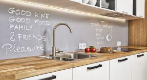 Płytki w kuchni na ścianie nad blatem coraz częściej decydujemy się zastąpić innymi materiałami. Poznajcie ich zalety.